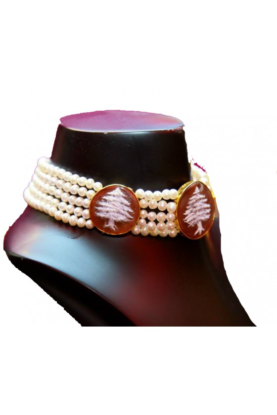 Choker with cultured pearls...